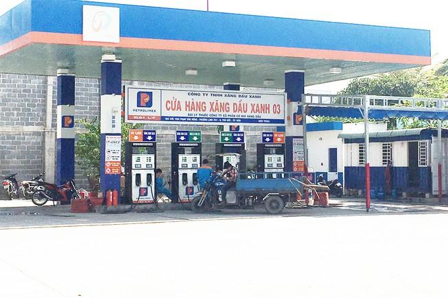 Cây xăng đề biển Cửa hàng xăng dầu xanh 03 thuộc Công ty TNHH Xăng dầu xanh ở 1364 Phạm Văn Đồng,  quận Thủ Đức, nơi nhân viên có hành vi trộm tiền của khách. Ảnh: YÊN - TÂN