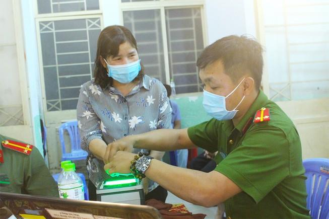 Công an quận Bình Tân (TP.HCM) huy động nhiều lực lượng phối hợp cấp CCCD có gắn chip lưu động  ở các phường cho người dân, làm việc từ 6 giờ đến 24 giờ mỗi ngày. Ảnh: LÊ THOA