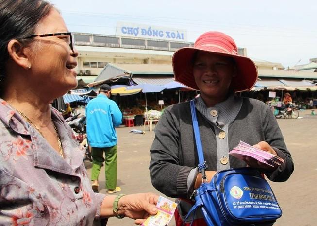 Chủ tịch tỉnh Bình Phước khen thưởng người bán vé số tốt bụng