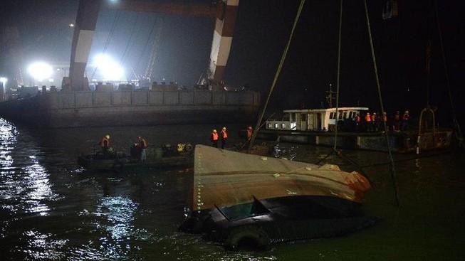 Tàu Trung Quốc hoạt động trái phép bị chìm: 20 người mất tích