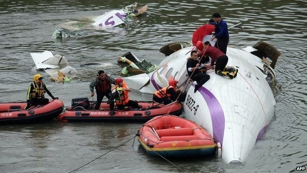 Máy bay rơi xuống sông: ít nhất 8 người chết