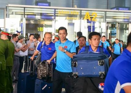 Đội tuyển Việt Nam bị 'bao vây' khi về trên chuyên cơ