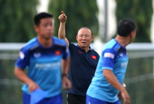 Vì sao ông Park bàng hoàng khi Văn Hậu còn đau lại qua Hà Lan?