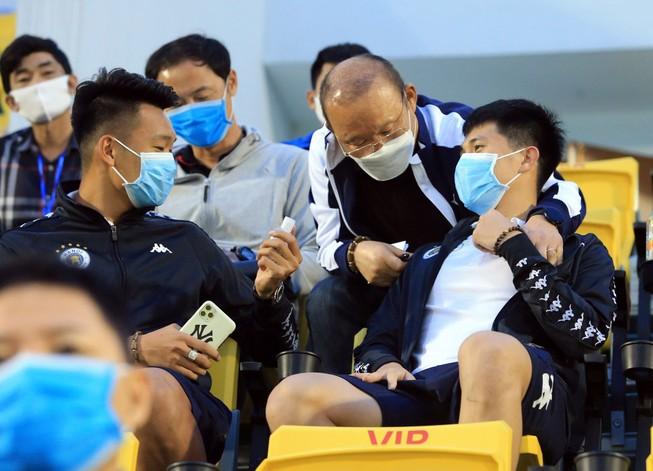 Thầy Park chứng kiến Quang Hải và đồng đội thua nặng