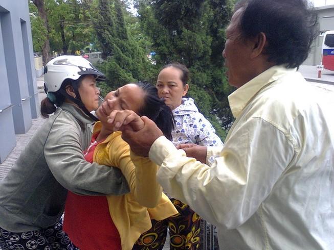 Vụ trẻ tử vong, người nhà vây BV: Lãnh đạo BV né tránh trả lời báo chí