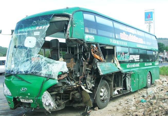 Xe khách Mai Linh đổ đèo tông xe tải, 9 người thương vong