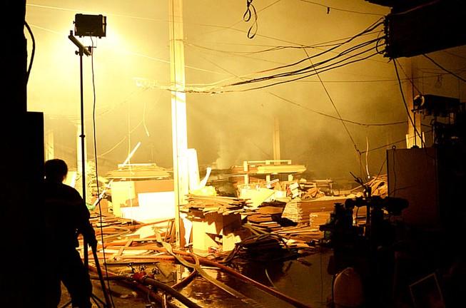 Bất lực nhìn lửa bao trùm công ty gỗ rộng hàng ngàn mét vuông