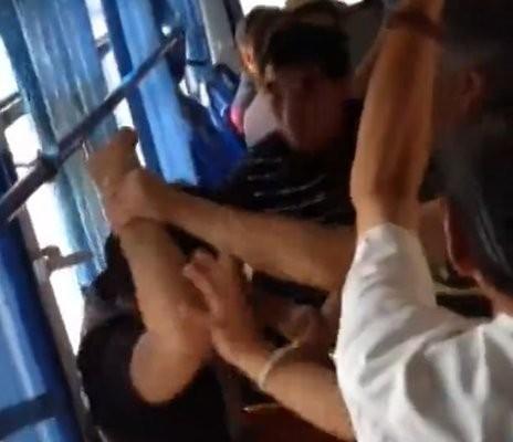 Không nhường ghế xe buýt,  một thanh niên bị đánh hội đồng