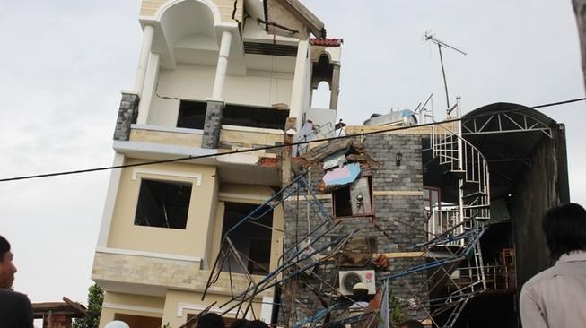 Nhà 4 tầng vừa xây xong bị đổ sập