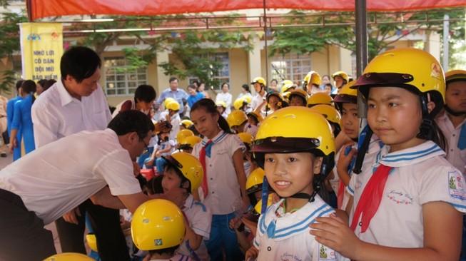 Trao tặng 1.300 mũ bảo hiểm cho học sinh