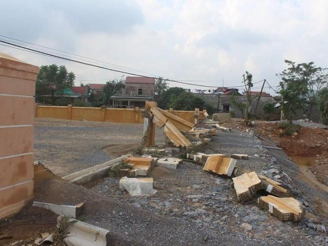 Chợ mới xây chưa đưa vào sử dụng thì bị lũ đánh sập