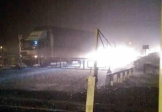 Sạt lở đất, đường sắt và quốc lộ 1 qua Phú Yên tê liệt
