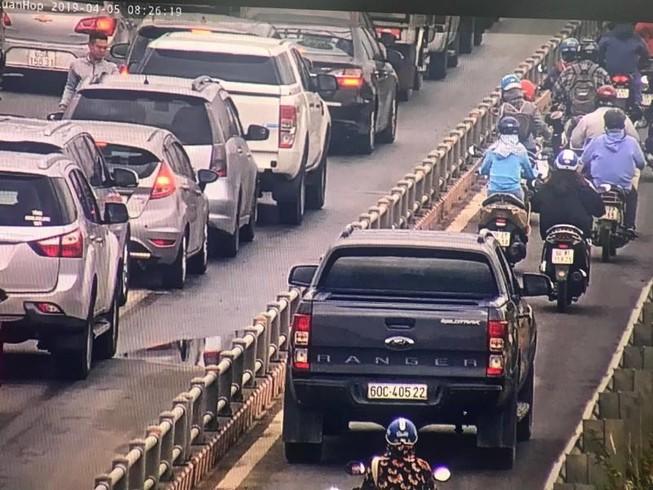 Hàng loạt ô tô tràn vào làn xe máy trên cao tốc