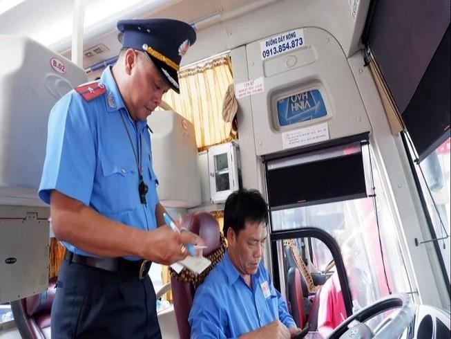 Phạt nặng xe chở khách không gắn phù hiệu xe hợp đồng