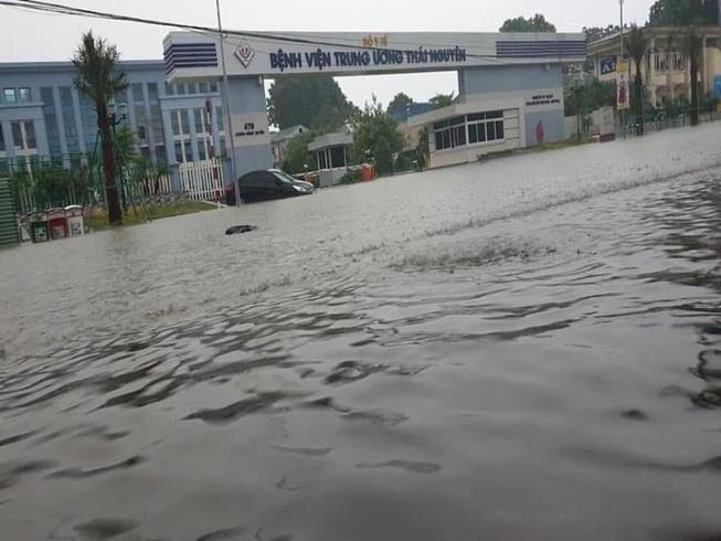 Mưa lớn, TP Thái Nguyên hóa thành sông