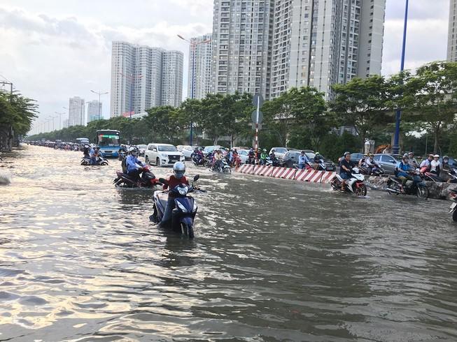 Xa lộ Hà Nội ngập trong biển nước