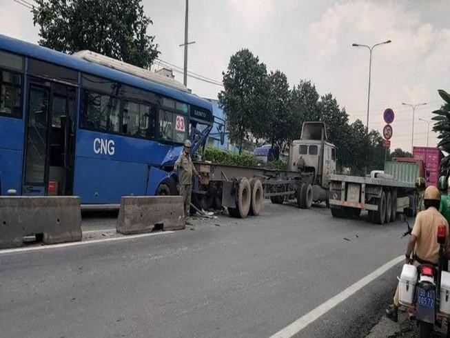 Xe buýt bị bể toạc đầu khi tông đuôi xe đầu kéo