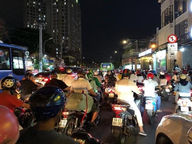 Kẹt xe nghiêm trọng ở khu vực Tân Sơn Nhất