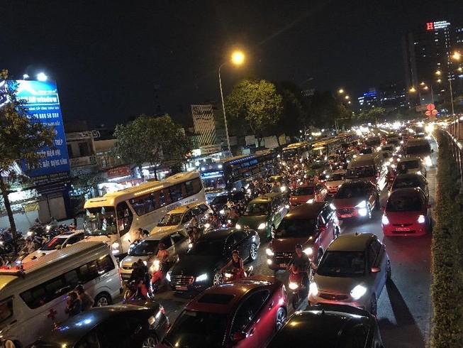 Kẹt xe nghiêm trọng tại vòng xoay Hàng Xanh