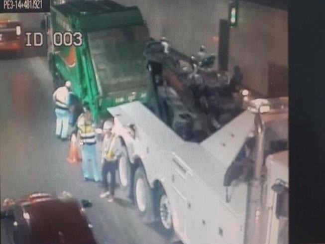 Xe chở rác bể bánh cản trở lưu thông hầm Thủ Thiêm