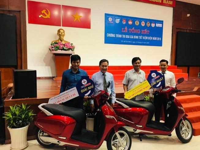 EVN HCMC trao hai xe máy điện cho khách hàng