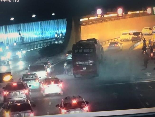 Xe khách chập bình ắc quy, cháy trong hầm sông Sài Gòn
