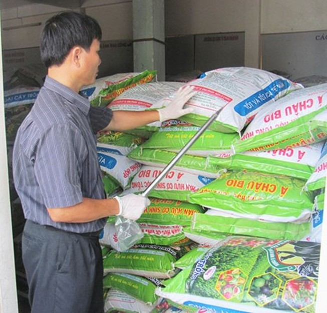 Dẹp phân bón sản xuất bằng công nghệ… cuốc xẻng