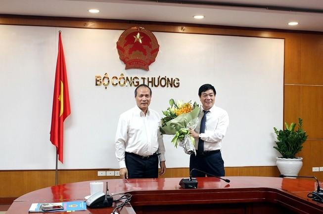 Thứ trưởng Cao Quốc Hưng (bên trái  ảnh) tặng hoa chúc mừng tân Phó Vụ trưởng Vụ Tiết kiệm năng lượng và phát triển bền vững