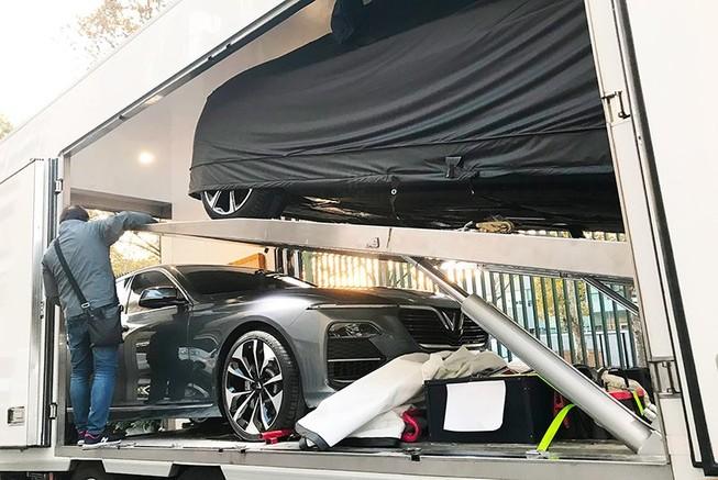 Mẫu xe Sedan được dỡ bạt để tài xế di chuyển vào gian hàng triển lãm Paris Motors Show