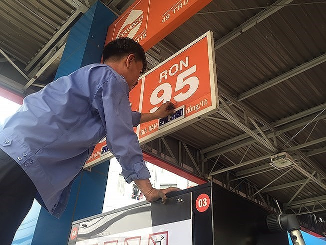 Từ 15 giờ chiều nay, 6.10, mỗi lít xăng E5RON92 tăng thêm 675 đồng, trong khi xăng RON95III tăng 577 đồng/lít