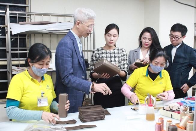 Giám đốc Công ty Eurolink Nguyễn Hữu Thành giới thiệu sản phẩm với Đoàn công tác- Ảnh: BCT