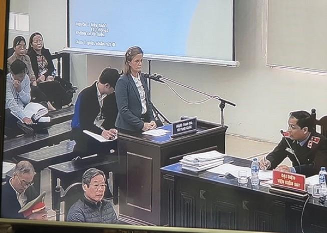 Người phụ nữ nước ngoài phát biểu tại phiên xử 2 cựu bộ trưởng