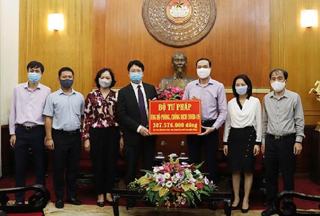 Bộ Tư pháp ủng hộ hơn 300 triệu phòng, chống dịch COVID-19
