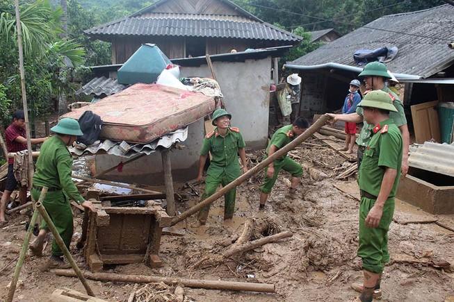 Những chiến sĩ công an giúp dân trong lũ dữ Mường Lát