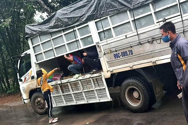 Xe tải chở 15 người có cả trẻ em vượt chốt khai báo y tế