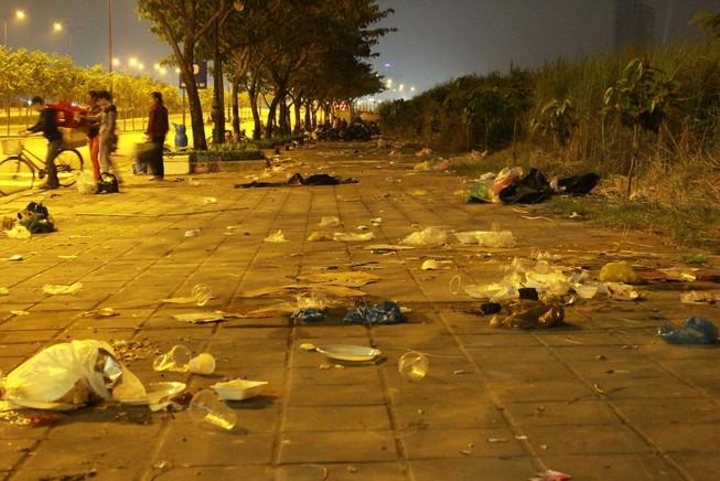Rác thải ngập đường sau lễ giao thừa 2015