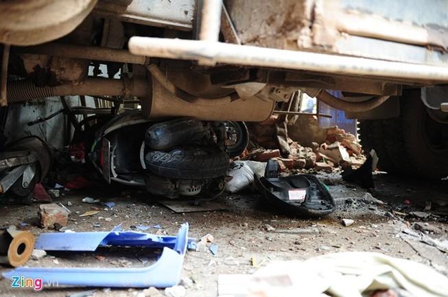 Xe chở rác nuốt xe máy vào gầm, 6 người nhập viện
