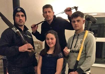Cả nhà 'lên đạn' bảo vệ con gái tuổi teen lần đầu đi tiệc