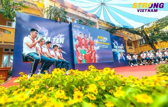 CLB bóng đá Hà Nội truyền cảm hứng cho học sinh thủ đô