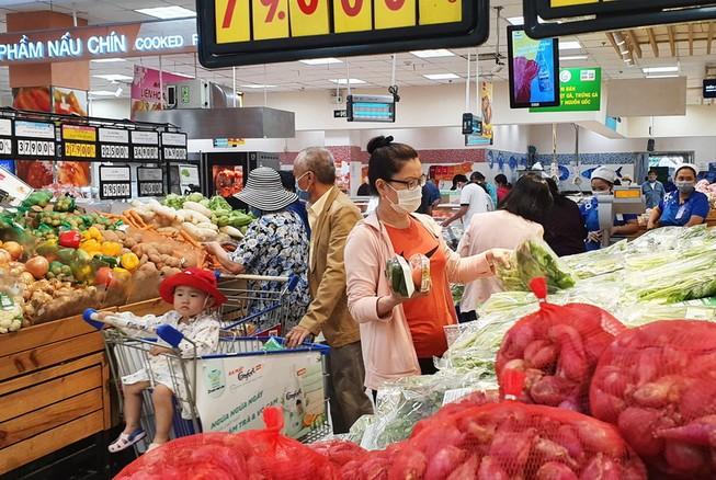 Đông kín khách săn ưu đãi tại siêu thị Co.opmart đầu tuần