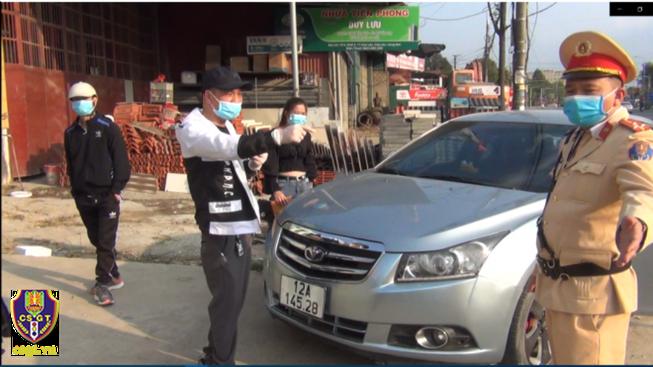 Nam tài xế không chấp hành đo nồng độ cồn sau đó còn livestream trên mạng. Ảnh: Cục CSGT