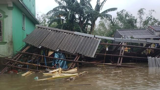 Nhà của một gia đình ở Quảng Trị bị ngã sập và trôi sạch trong cơn bão lũ năm 2020. Ảnh: TÂM AN