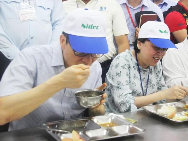 Ăn cơm cùng công nhân, Phó Thủ tướng Vũ Đức Đam khen ngon