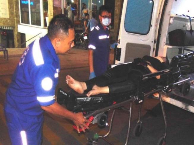 Nhân viên y tế TP.HCM đang cấp cứu một ca ngoại viện. Ảnh: TRẦN NGỌC