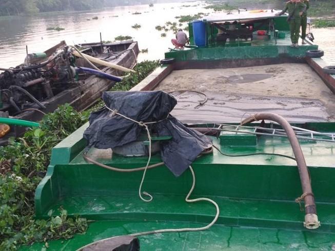 Bắt giữ 2 ghe hút trộm cát trên sông Sài Gòn