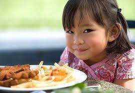 Giúp bé ăn ngoan ngày tết