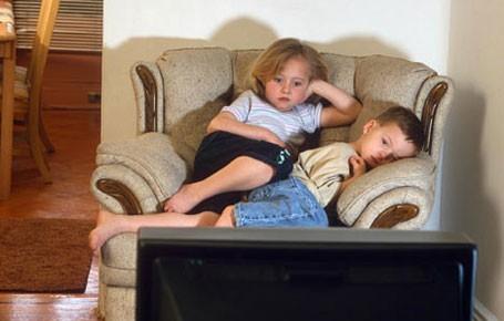 Trẻ xem TV nhiều dễ bị bắt nạt
