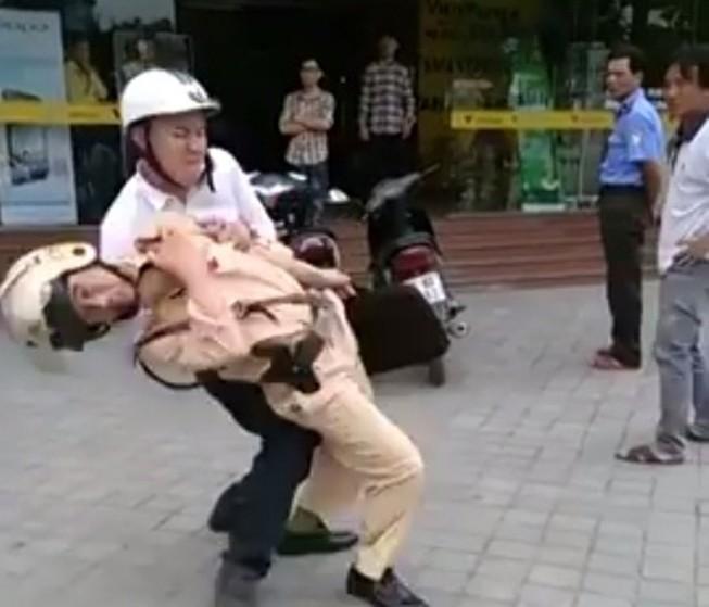 Khởi tố vụ án, bắt giam nam thanh niên hạ gục CSGT trên đường
