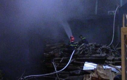 Cháy lớn tại xưởng gỗ, cả khu phố náo loạn