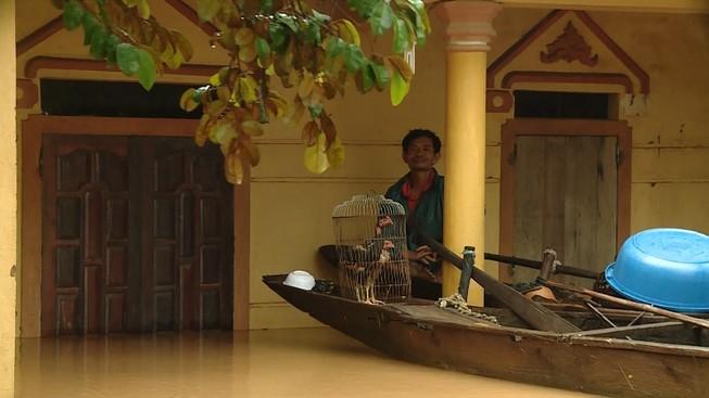 Lũ trên sông Gianh đang nhấn chìm hàng ngàn ngôi nhà